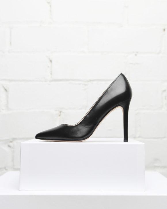 zapatos de tacón de aguja negro. Maria Albertin.