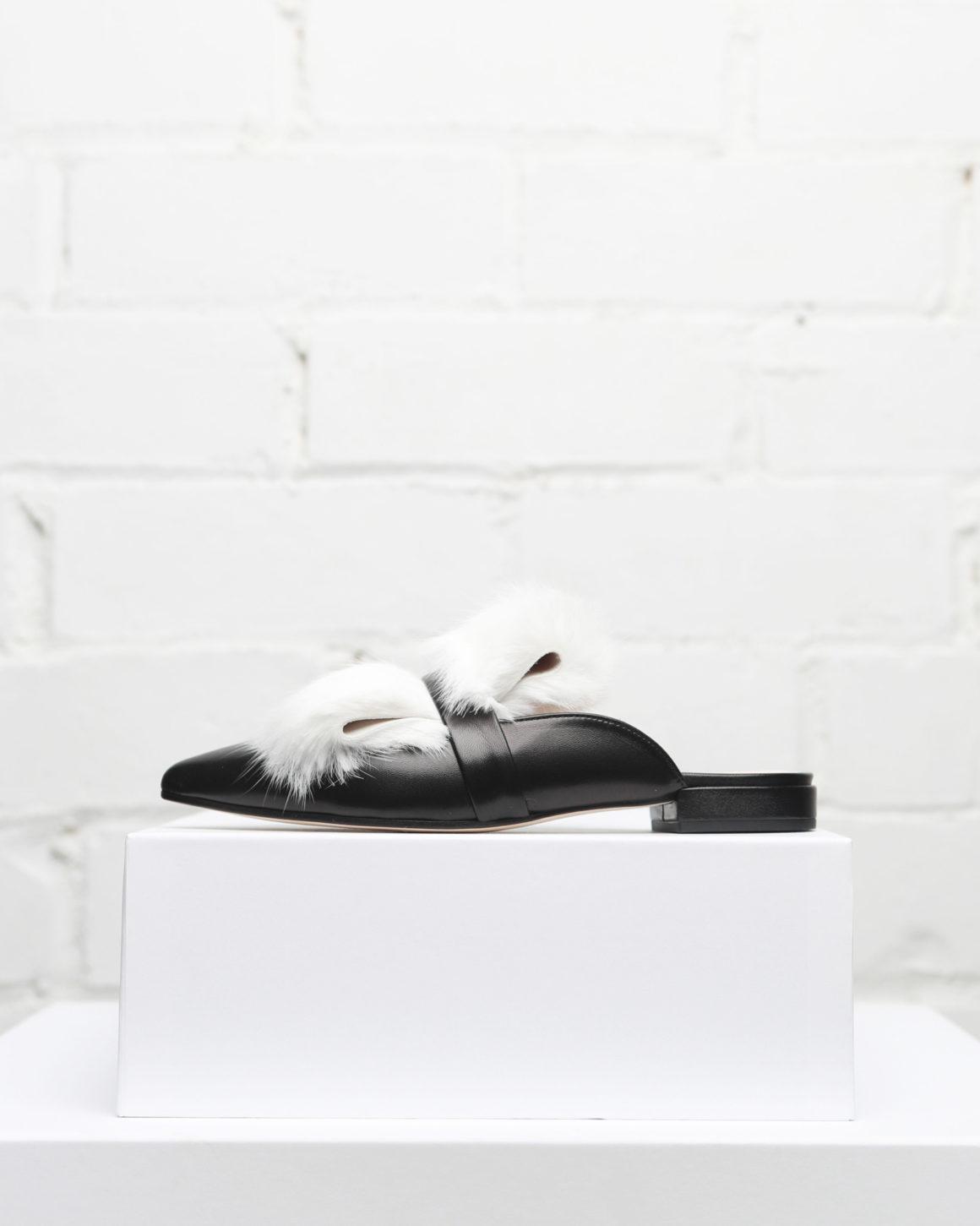 slippers mujer negro con pelo blanco. Colección Maria Albertin